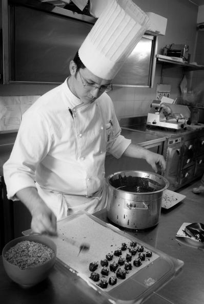 Al lavoro nella cucina del Ristorante Oasis, a Vallesaccarda (AV)