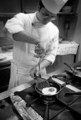 Al lavoro nella cucina del Ristorante Oasis, a Vallesaccarda (AV) prepazione dell'uovo al tartufo