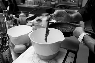 """Lo Chef Antonio Sgarra durante una lezione di cucina sul """"Fingerfood"""" presso l'Anice Verde ad Andria (BT)"""