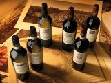 il vino si presta, negli still-life, a varie interpretazioni realizzate sopratutto con luce ed inquadratura, riducendo al minimo gli elementi scenografici