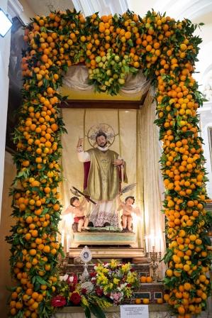 Vico del Gargano (FG) - la statua di san Valentino nel giorno della Festa viene addobbata con arance locali