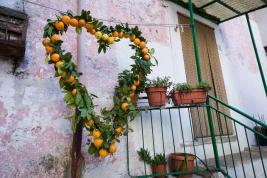 Vico del Gargano (FG) - 14 febbraio 2014 (San Valentino) - decorazione con arance, a forma di cuore