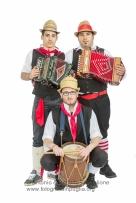 Fabio Santo (al tamburo), Roberto Corradino (alla fisarmonica rossa), Vincenzo Corradino (alla fisarmonica nera), Maschere di Episcopia (PZ)