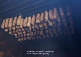 Fasi di lavorazione del capocollo di Martina Franca (TA), nel laboratorio di Michele Cito - - l'affumicatura