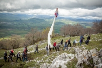 Viggiano (PZ), maggio 2014, celebrazioni per la Festa della Madonna Nera; la salita al Sacro Monte. https://fotografiainpuglia.org/2014/05/15/fede-ad-alta-quota/