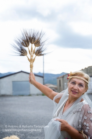 """Demetra, la """"Madre terra"""", impersonata da Rosa Bernardo, regge un """"San Martino"""""""