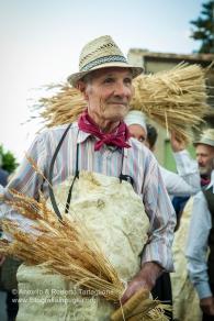 La rievocazione del rito della falce si snoda per le vie del paese. https://fotografiainpuglia.org/2015/08/28/un-rito-arcaico/