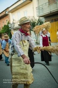 La rievocazione del rito della falce si snoda per le vie del paese