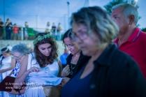 Persefone (Miriana Conte) dà un ultimo sguardo al copione prima di entrare in scena