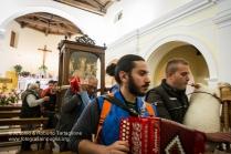 La statua della Madonna, scortata dai suonatori esce dalla chiesa.