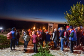 La processione si sta avviando verso valle, Mezzana, frazione di San Severino Lucano. https://fotografiainpuglia.org/2015/09/22/la-veglia-dei-suonatori/