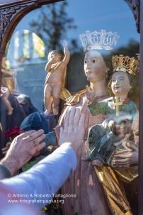 La statua della Madonna è esposta ai fedeli all'ingresso di Mezzana