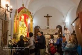 la veglia nel Santuario sul Sacro Monte dura tutta la notte, tra canti e preghiere.