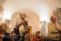 Giovanni Di Stefano mentre nella notte suona la cornamusa costruita con le sue mani