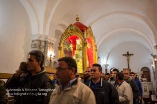 I portatori escono dal Santuario con la statua della Madonna Nera