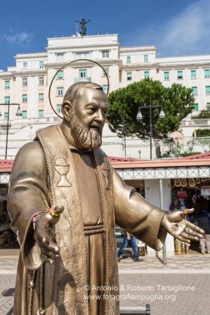 """San Giovanni Rotondo (FG), la statua di San Pio davanti il grande Ospedale """"Casa Sollievo della Sofferenza"""""""