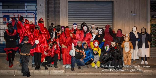 Un gruppo di Maschere per le vie del paese ... al centro l'unico senza maschera, il conduttore, responsabile del comportamento del gruppo