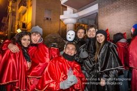 """Un """"festino"""" con le tipiche maschere di Lavello, i Domini ... Un gruppo di Maschere aspetta il suo turno per entrare"""