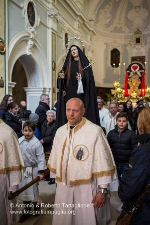 Bisceglie (BT), Processione dell'Addolorata, una delle due Processioni che si svolgono dopo la Cerimonia dell'Incontro davanti al Calvario (Piazza Vittorio Emanuele II). Anno 2016