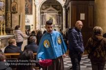 Gallipoli (LE)), Cattedrale, sera del Giovedì Santo, le Confraternite in abito processionale visitano gli altari della Reposizione allestiti nel borgo antico, anno 2014