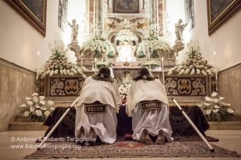 """Grottaglie (TA), Centro Storico, sera del Giovedì Santo, Adorazione del Santissimo (""""Sepolcri"""") da parte dei Confratelli del Carmine (Bbubbli Bbubbli), anno 2013"""