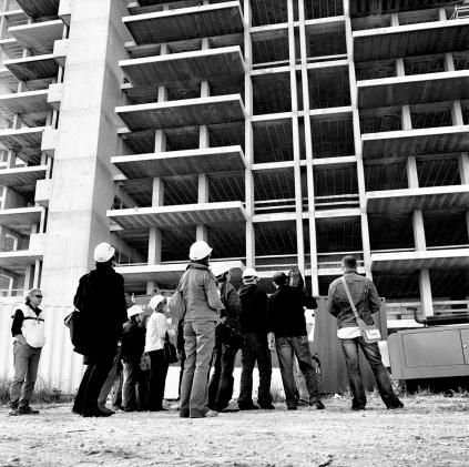 Un gruppo di giornalisti alla base del palazzo. Bari 22/04/2006