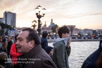 """Folla sul lungomare di Bari il 09 maggio in attesa dello sbarco della Statua di San Nicola dal Motopeschereccio """"Nicolaus"""". https://fotografiainpuglia.org/2016/05/11/due-santi-due-mari/"""