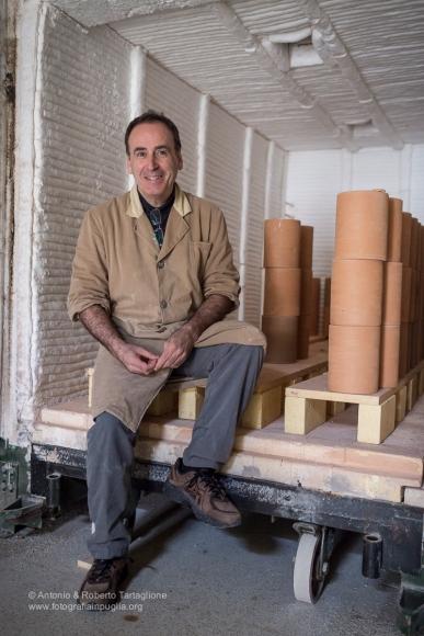 Francesco Fasano nel vecchio forno a gas ancora in uso