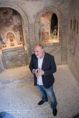 """Mimmo Vestita all'interno del suo Museo della Ceramica di Grottaglie, la """"Casa Vestita"""". Qui siamo nella Chiesetta rupestre scoperta durante i lavori di ristrutturazione"""