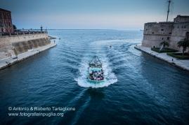 Taranto (TA) - Festa Patronale di San Cataldo -L'ingresso di una barca carica di turisti poco prima del rientro dela Statua di San Cataldo.