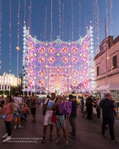 Scorrano (LE) - nella Piazza del paese l'accensione anticipata alle 20,15 suscita tantissimo interess