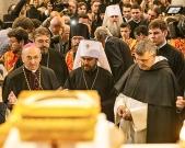 domenica 21 maggio 2017. Basilica di San Nicola, il metropolita Hilarion Alfeev, presidente del dipartimento delle relazioni esterne del Patriarcato di Mosca con Padre Ciro Capotosto, priore (a dx) ed il Vescovo Francesco Cacucci (a sx).