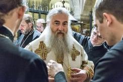 domenica 21 maggio 2017, il Metropolita di Saratov e Wolski, Longin si prepara alla concelebrazione nella cripta della Basilica di San Nicola.