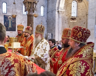 lunedì 22 maggio 2017, il Metropolita di Saratov e Wolski, Longin, (al centro) presiede la liturgia ortodossa nella Basilica di San Nicola a Bari