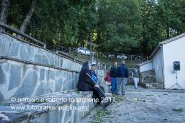 Lagonegro (PZ) Contrada La Brusca, a circa 1.000 metri di altezza, si celebra la messa introno all 08,00. Fedeli in attesa.