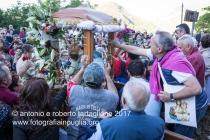 Lagonegro (PZ) La prima sosta in Contrada Grada, dopo una preghiera la statua viene spogliata dei fiori, che vengono distribuiti tra i fedeli che hanno seguito la processione.
