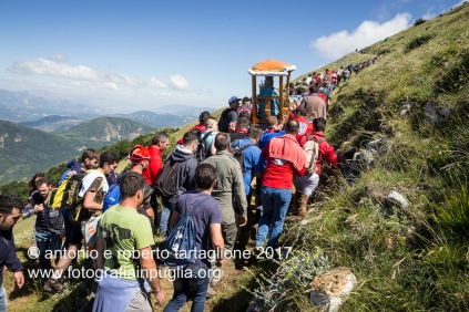 """Lagonegro (PZ) La faggeta finisce ed il sentiero percorre il cosidetto """"pilatu"""", la parte scoperta del montagna. Questo è il tratto più faticosa dove i portatori spendono le loro ultime energie."""