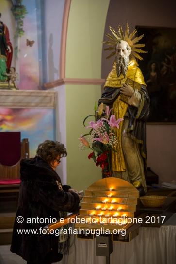Pignola (PZ) la statua dela Santo nella Chiesa di Sant'Antonio Abate, prima della processione
