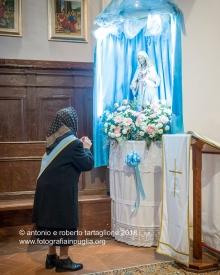 Rapone (PZ) nella Chiesa di Santa Maria ad Nives, davanti alla statua della Madonna del Rosario.