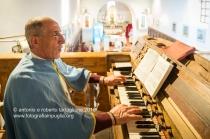 Rapone (PZ) un confratello suona l'organo durante la celebrazione della Santa Messa