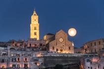 19 gennaio 2019, inaugurazione ufficiale dell'anno in cui Matera si presenta come Capitale Europea della Cultura insieme a Plodviv (Bulgaria). Al tramonto vengono spente tutte le luci nei sassi e la città è illuminata solo dalla luna e da centinaia di ceri accesi dai volontari.