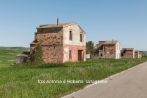 https://fotografiainpuglia.org/2020/05/29/una-riforma-fallita/ Case della Riforma Fondiaria in territorio di Poggiorsini (BA)