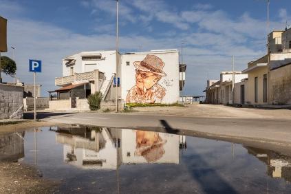 https://fotografiainpuglia.org/2021/04/01/street-art-a-casalabate/Casalabate (LE) Murale di StencilNoire - luglio 2019