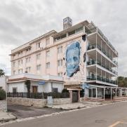 Casalabate (LE) un Murale di Chekos sulla facciata dell'Hotel Perla